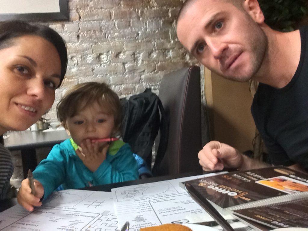 Des pancakes pour les parents, des crayons pour les enfants!