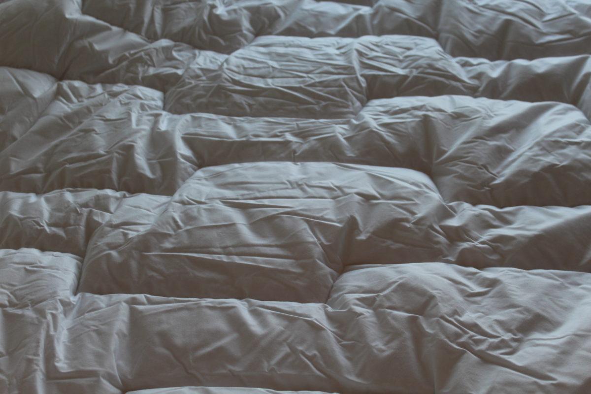 sommeil comment bien choisir sa couette et son oreiller. Black Bedroom Furniture Sets. Home Design Ideas